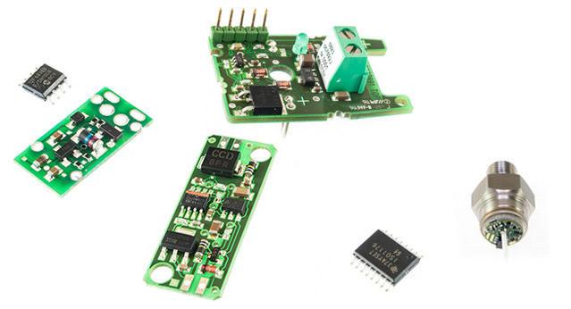 Verschiedene elektronische Platinen auf weißem Hintergrund